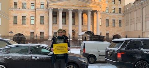 Een activist van Open Rusland demonstreert in Moskou voor het kantoor van de Openbaar Aanklager