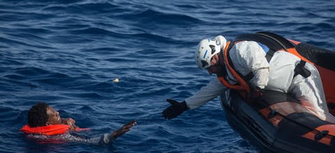Reddingsactie door de Migrant Offshore Aid Station (MOAS) op de Middellandse