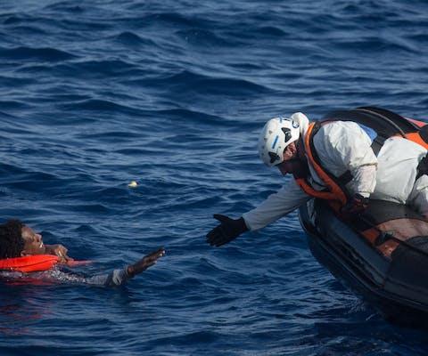 Reddingsactie door de Migrant Offshore Aid Station (MOAS) op de Middellandse