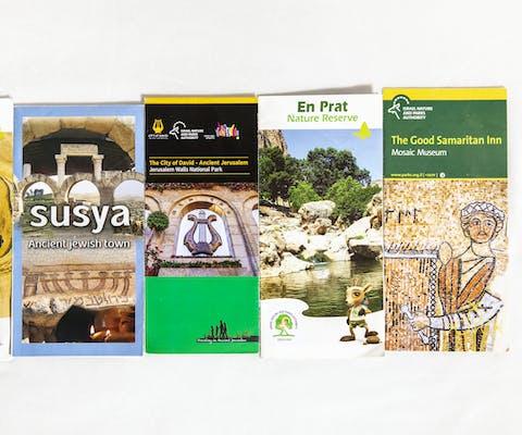 Toeristische brochures over bestemmingen in Palestijns bezet gebied.