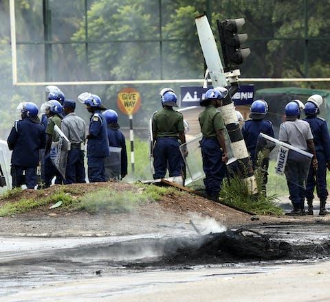 Oproerpolitie in Zimbabwe tijdens protesten tegen de verhoging van de benzineprijzen