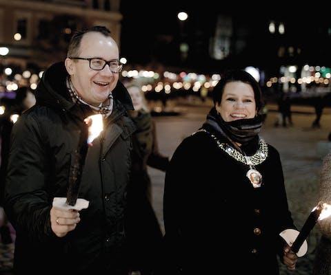 Adam Bodnar (links) met de burgemeester van Bergen tijdens een lichtprocessie in Bergen na de uitreiking van de RAFT-mensenrechetnprijs in november 2018