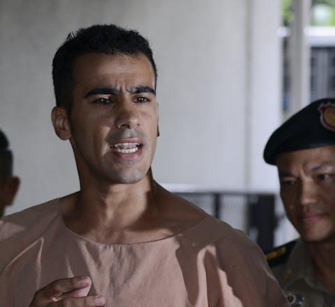 Hakeem Ali al-Araibi uit Bahrein bij de rechtbank in Bangkok, Thailand waar zijn uitlevering naar Bahrein werd behandeld