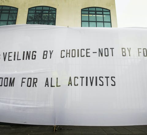 Op Vrouwendag 2018 demonstreerde Amnesty bij de ambassade van Iran in Den Haag tegen de hoofddoekplicht. Vrouwen in Iran die hiertegen protesteerden, zijn gevangengezet.