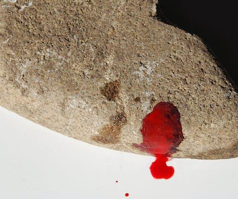 Symbolische steen die gebruikt werd bij een Amnesty-actie tegen steniging in Iran. Steniging is een van de gruwelijkste vormen van lijfstraffen.