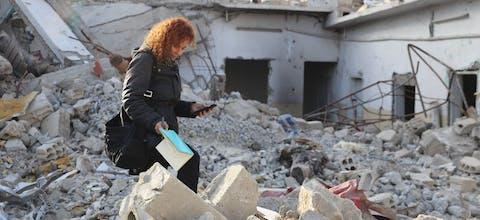 Amnesty-onderzoeker Donatella Rovera aan het werk in Raqqa, Syrië, in februari 2018.