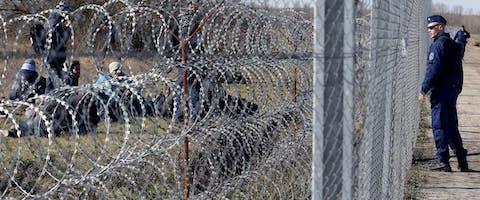 Vluchtelingen aan de grens tussen Servië en Hongarije