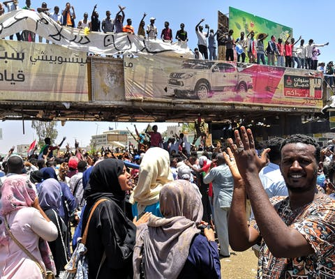 Demonstranten voor het legerhoofdkwartier in Khartoum, de hoofdstad van Sudan.