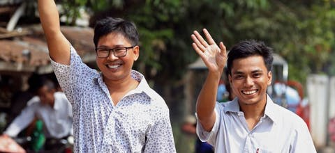 Reuters-journalisten Wa Lone (links) en Kyaw Soe Oo uit Myanmar vieren hun vrijlating.