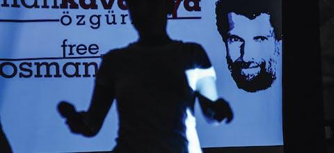 Protestbord tegen de detentie van Osman Kavala uit Turkije