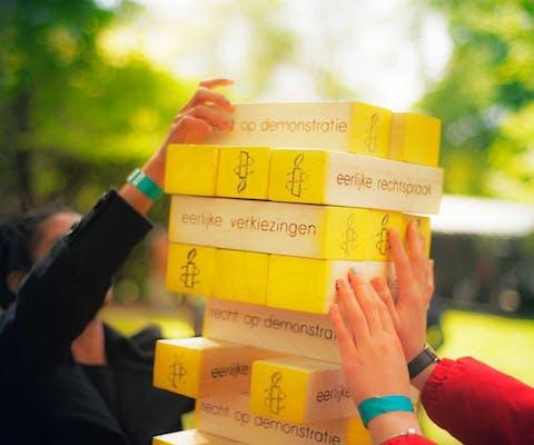 Amnesty Jenga-spel op festival
