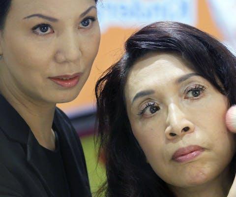 Transgendervrouw Mimi Wong (rechts) volgt een make-up-workshop.