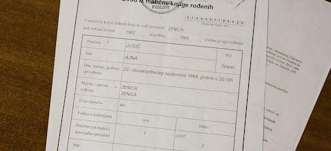 Het geboortecertificaat van Ajna Jusic, waarop bij 'naam vader' alleen een streepje staat