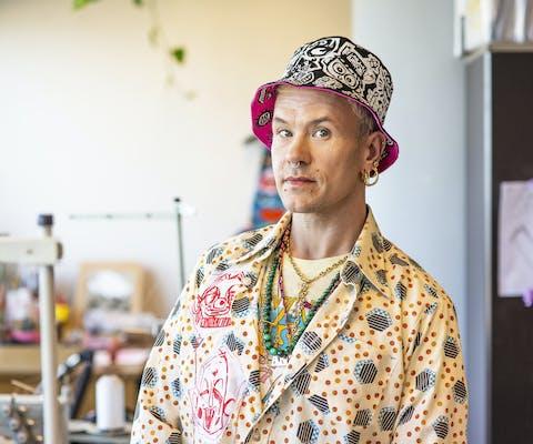 Bas Kosters met het door hem ontworpen Pinkpop-hoedje