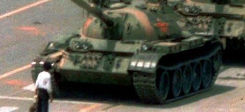 De iconische foto van de demonstrant die in zijn eentje de tanks tegenhield op het Tiananmenplein