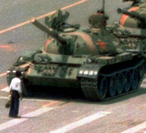 De iconische foto van de demonstrant die in zijn eentje de tanks tegenhield op het Tiananmenplein in Bejing, China, werd wereldberoemd