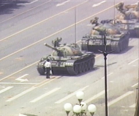 De man die in zijn eentje een colonne tanks tegenhoudt op het Tiananmenplein werd bekend als 'Tankman'