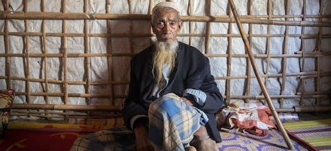 Abul Hossain, ongeveer 85 jaar in zijn onderkomen in Kamp #1 in kutupalong vluchtelingenkamp, Bangladesh