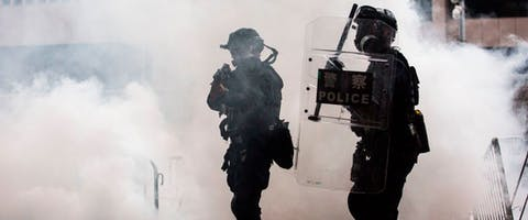 De politie bestookt demonstranten met traangas en pepperspray tijdens protesten tegen de nieuwe uitleveringswet in Hongkong