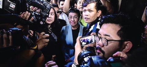 De Filipijnse journaliste Maria Ressa (midden) de dag nadat de recherche het kantoor van Rappler binnenvielen. Ze kwam een dag later, op 14 februari van dit jaar, borgtocht vrij.