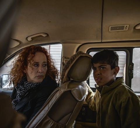 Donatella Rovera bezoekt in januari 2019 samen met Mohammed het gebouw waar zijn familie werd gedood bij een luchtaanval van de Coalitie