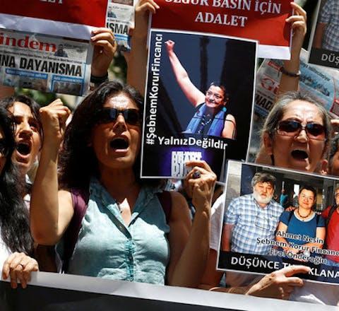 Demonstranten protesteren in Turkije tegen de arrestatie van drie prominente activisten voor persvrijheid in Turkije: Şebnem Korur Fincancı, Erol Önderoğlu en Ahmet Nesin.