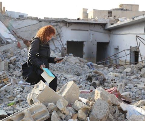 Amnesty-onderzoeker Donatella Rovera in Raqqa in februari 2018