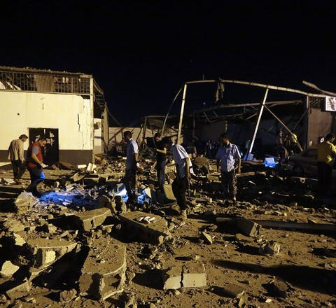 Hulpverleners zoeken naar slachtoffers na een aanval op een detentiecentrum voor vluchtelingen en migranten in de Libsiche hoofdstad Tripoli