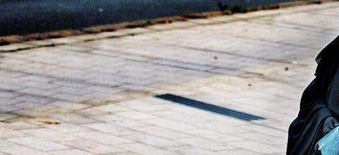 introduceert een verbod op het dragen van gezichtsbedekkende kleding in het openbaar Een vrouw met een boerka op straat in Den Haag. Op 1 augustus 2019 treedt een wet in werking die gezichtsbedekkende kleding verbiedt in het vervoer en overheids-, onderwijs- en zorginstellingen.
