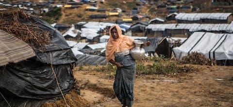 Een gevluchtte Rohingya-vrouw heeft water gehaald in Kutupalong-kamp in Bangladesh