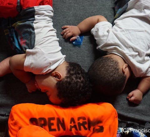 Baby's liggen in het gestrande reddingsschip de Open Arms