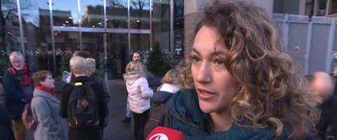 Voorlichter Yara Boff Tonella bij het gebouw van de Tweede Kamer in Den Haag