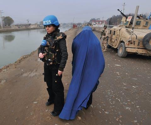 Hasna Al Ghaoui (links) tijdens een bezoek aan Hongaarse militairen in Afghanistan in 2009.