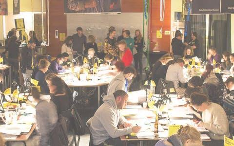Brievenschrijvers aan het werk tijdens Write for Rights 2018 in het hoofdkantoor van Amnesty Nederland