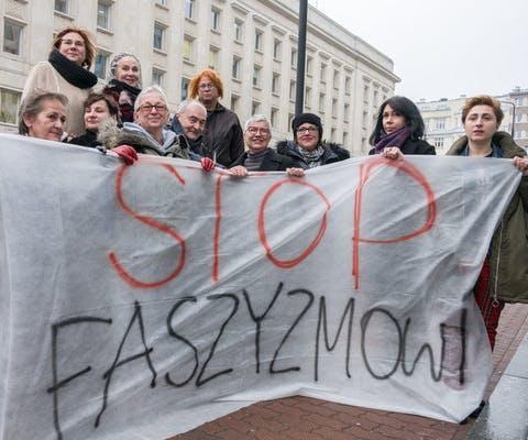 Enkele van de veertien Poolse vrouwen met het spandoek waarmee ze in 2017 vreedzaam protesteerden tegen racisme en fascisme.