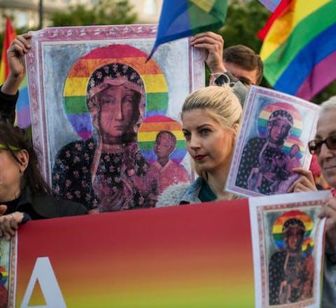 Demonstranten tonen in Warschau hun solidariteit met Elzbieta Podlesna. Ze wordt beschuldigd van het beledigen van religieuze overtuigingen