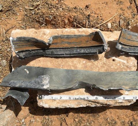 Experts van Amnesty onderzoeken resten van bommen en granaten om vast te kunnen of er oorlogsmisdaden zijn begaan bij de strijd om Tripoli