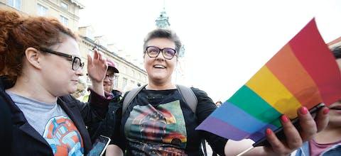 Elzbieta Podlesma (midden) tijdens een demonstratie tegen homohaat in de Poolse hoofdstad Warschau in mei 2019