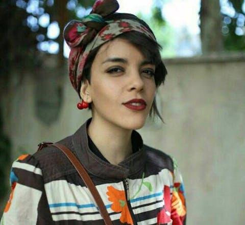 Yasaman Aryani uit Iran voerde actie tegen de verplichte hoofddoek en moet nu 5,5 jaar gevangenisstraf uitzetten, net zoals haar moeder