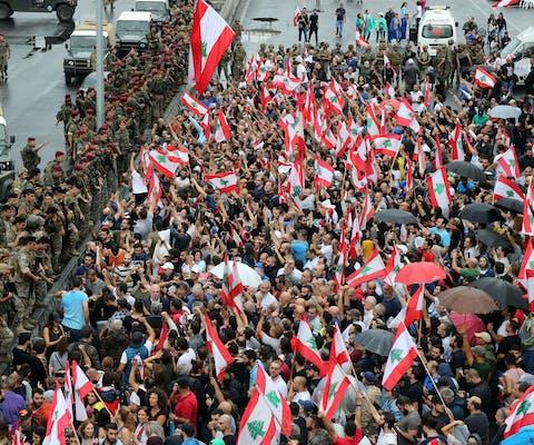 Duizenden demonstranten roepen slogans tegen het leger als de soldaten proberen de geblokkeerde hoofdweg te openen die het noorden van Libanon met Beiroet verbindt, 23 oktober 2019. © Hasan Shaaban/Bloomberg via Getty Images