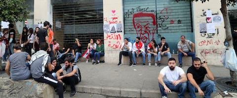 Demonstranten voor het bankgebouw van de Credit Libanais in Beiroet, 23 oktober 2019. © Hasan Shaaban/Bloomberg via Getty Images