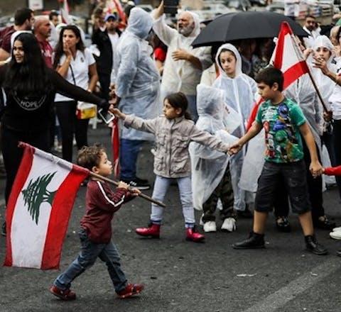 Demonstranten in Zouk Mosbeh, even ten noorden van Beiroet. Ze protesteren tegen corruptie en vriendjespolitiek in Libanon