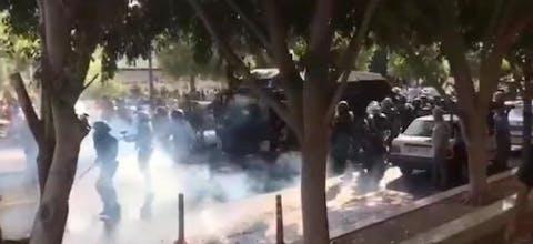 Veiligheidstroepen bij een demonstratie in de Iraanse provincie Bushehr op zaterdag 16 november