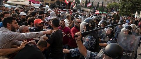 Oproerpolitie en Hezbollah-supporters raken slaags tijdens de voortdurende protesten in de Libanese hoofdstad Beroet, 25 oktober 2019. © Reuters/Alkis Konstantinidis