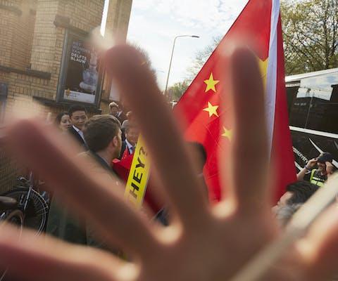 Agressieve pro-China-supporters belagen een Amnesty-activist die tijdens het bezoek van de Chinese premier Li Keqiang aan Nederland demonstreert tegen de massale opsluiting van Oeigoeren in 'heropvoedingskampen' in de Chinese provincie Xinjiang.