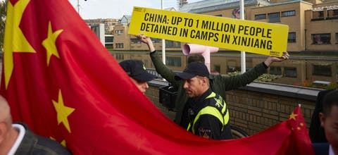 Een activist van Amnesty demonstreert tijdens het bezoek van de Chinese premier Li Keqiang aan het Gemeentemuseum in Den Haag tegen de massale opsluiting van Oeigoeren in 'heropvoedingskampen' in de Chinese provincie Xinjiang.
