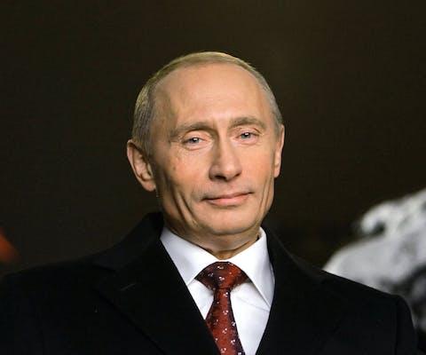Poetin spreekt op de televisie een nieuwjaarsboodschap uit voor zijn volk in 2005.