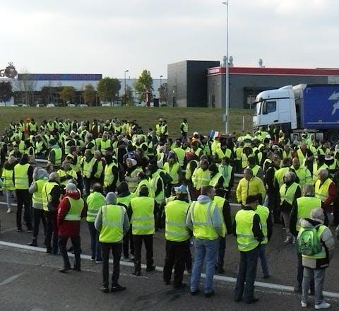 Gele hesjes in Frankrijk. De protesten begonnen daar eind 2018 uit onvrede over de hoge accijnzen op diesel en benzine en de hoge kosten voor levensonderhoud.