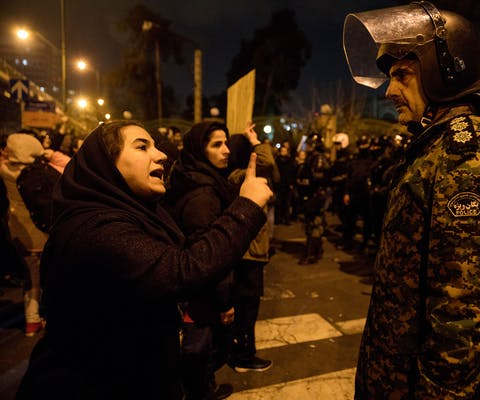 Demonstranten in Teheran, de hoofdstad van Iran. Ze wonen een wake bij voor de slachtoffers van het door de Iraanse autoriteiten neergeschoten Oekraïense vliegtuig.
