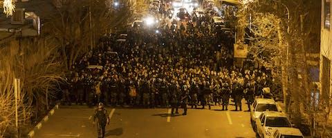 De Iraanse oproerpolitie houdt op 11 januari 2020 demonstranten tegen in de hoofdstad Teheran. De demonstranten demonstreren tegen het neerhalen van een Oekraïens passagiersvliegtuig drie dagen eerder waarbij alle 176 inzittenden om het leven kwamen.